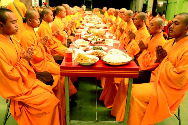 Makan_bersama_ala_Bhikku.jpg